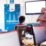 Telecom capacita a jóvenes en programación para promover su inserción laboral